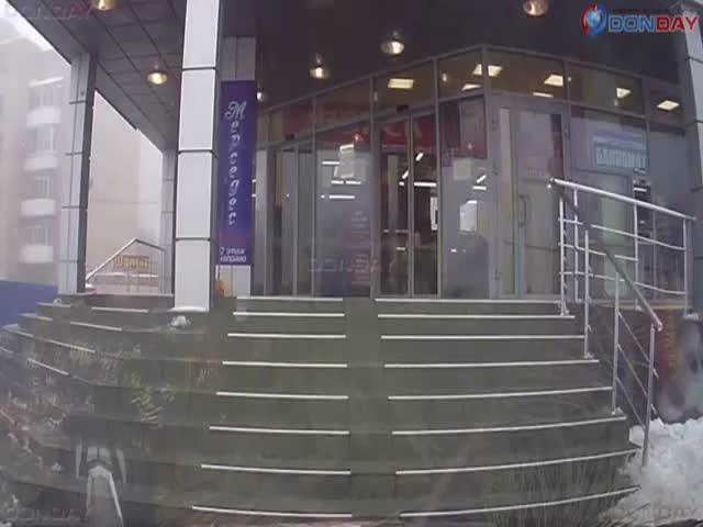 Уборщица поливает водой ступеньки торгового центра