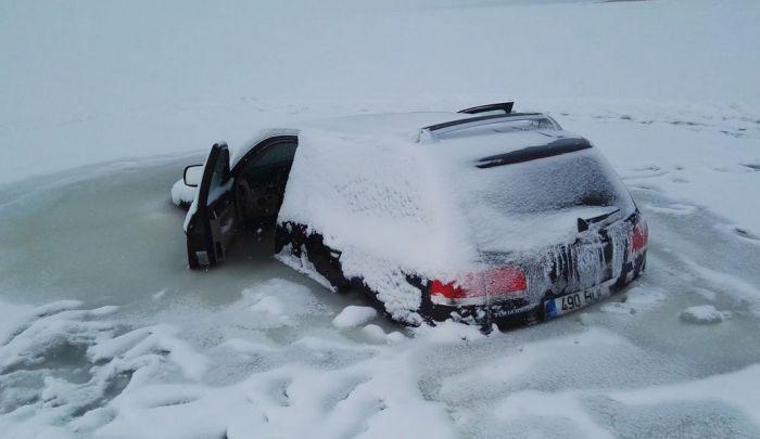 В Эстонии провалившийся под лед внедорожник вмерз в воду (4 фото)