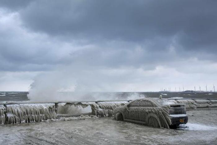 Ночной шторм и сильный мороз превратили автомобиль в большую глыбу льда (4 фото)
