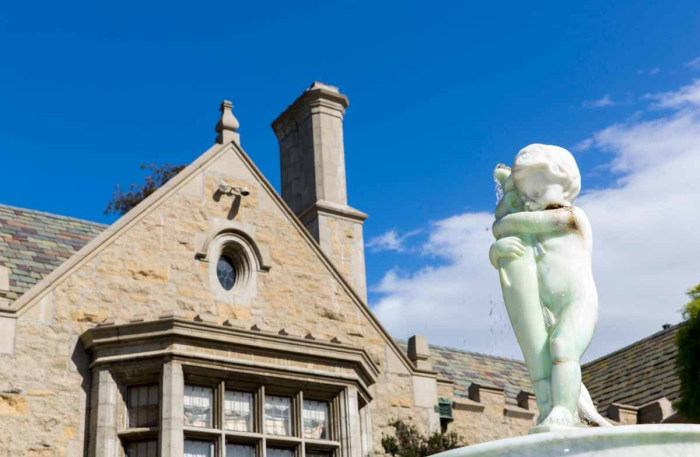 Знаменитый особняк Playboy выставлен на продажу вместе с его хозяином Хью Хефнером (15 фото)
