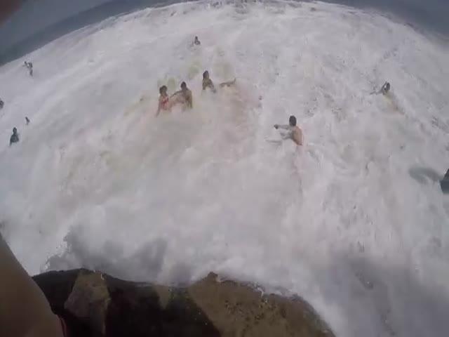 Внезапная 8-метровая волна накрыла пляж Сиднея