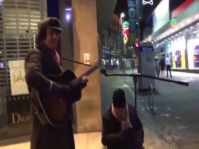 Бездомный мужчина спел песню Summertime под аккомпанемент уличного музыканта
