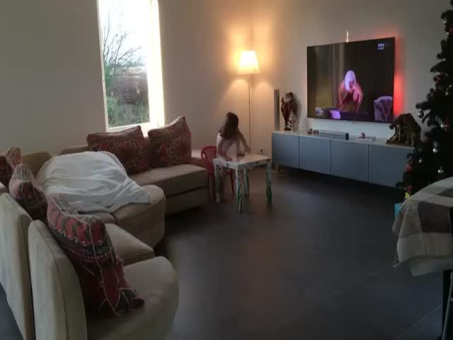 Отец и дочь устроили танцы со звездами у себя дома
