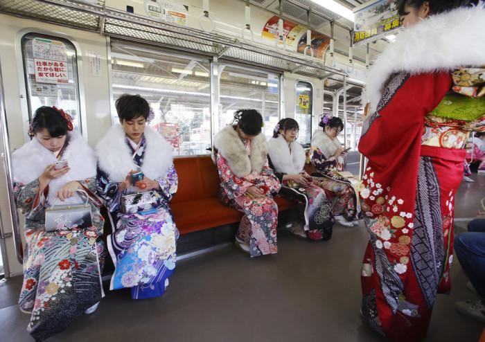 В Японии 1 200 000 девушек и парней отметили День совершеннолетия (20 фото)