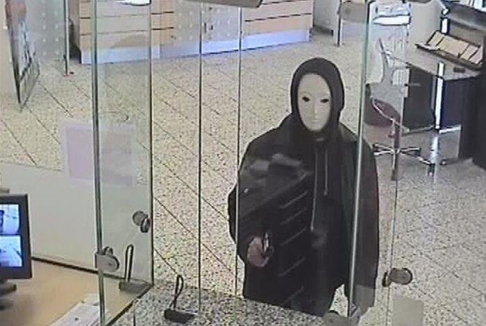 Грандиозное ограбление питерского банка в первый рабочий день 2016 года (3 фото + текст)