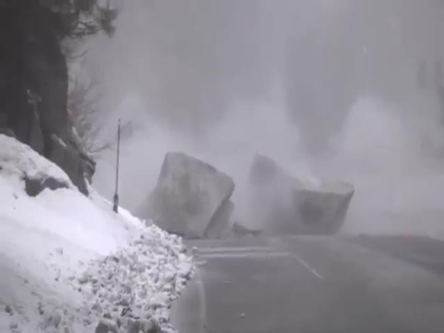 Взрыв перекрывшего дорогу камня