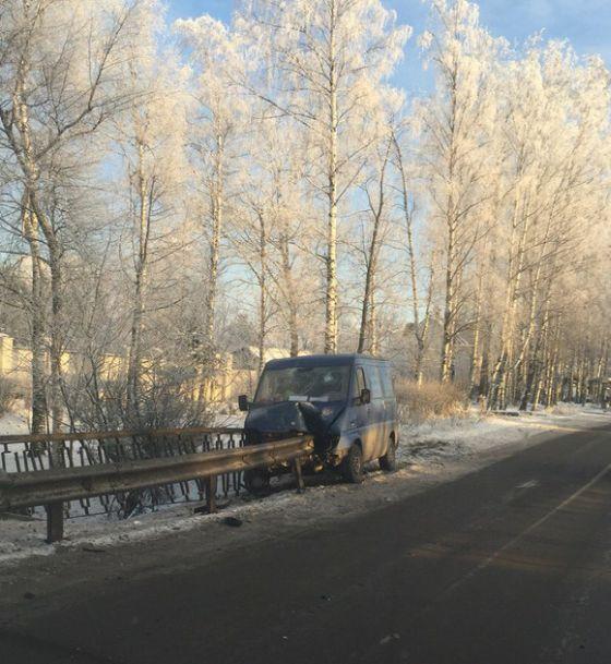 В Пушкине фургон оказался нанизанным на дорожный отбойник (7 фото)