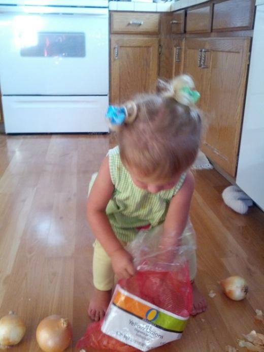 Девочка решила съесть яблоко (5 фото)