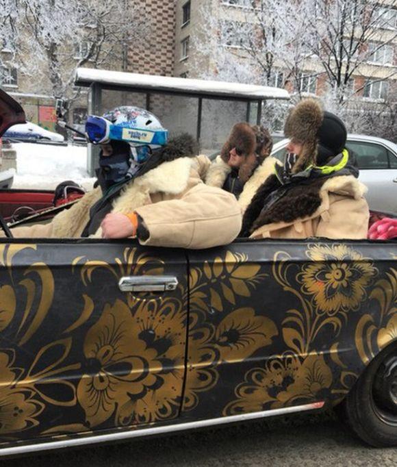 Веселые покатушки на кабриолете по заснеженному Питеру (2 фото)