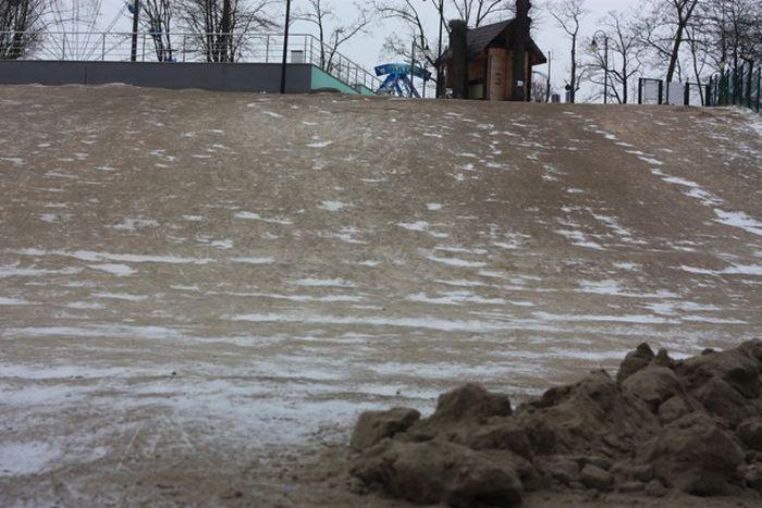 В калининградском парке засыпали песком бесплатную снежную горку, заставив отдыхающих кататься на платной (6 фото)