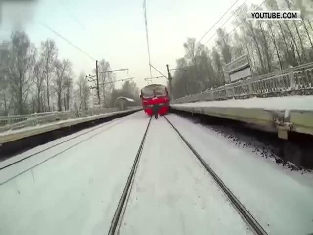 Экстремал прокатился на лыжах за электричкой