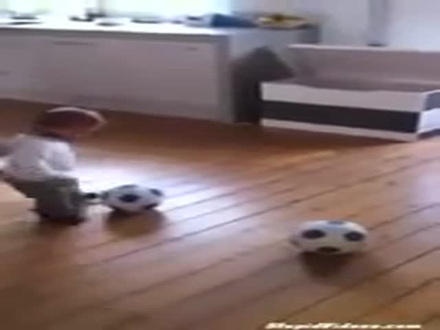 Малыш собирает игрушки