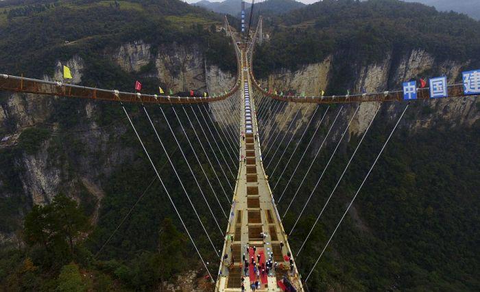В Китае подходит к концу строительство самого длинного в мире стеклянного моста (6 фото + видео)