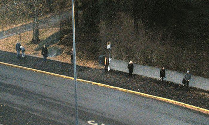 Из-за чего эти люди стоят так далеко друг от друга? (5 фото)