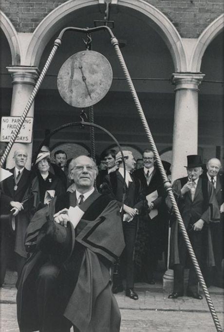 Традиция ежегодного взвешивания мэра города Хай-Уиком (2 фото)