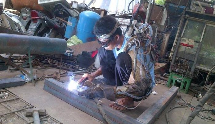 Индонезиец с парализованной рукой заявил о создании собственной бионической руки (4 фото + видео)