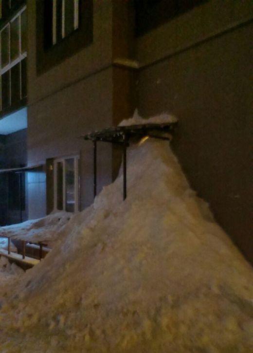 В Домодедово Возмущенные жители засыпали снегом дверь управляющей компании (2 фото)