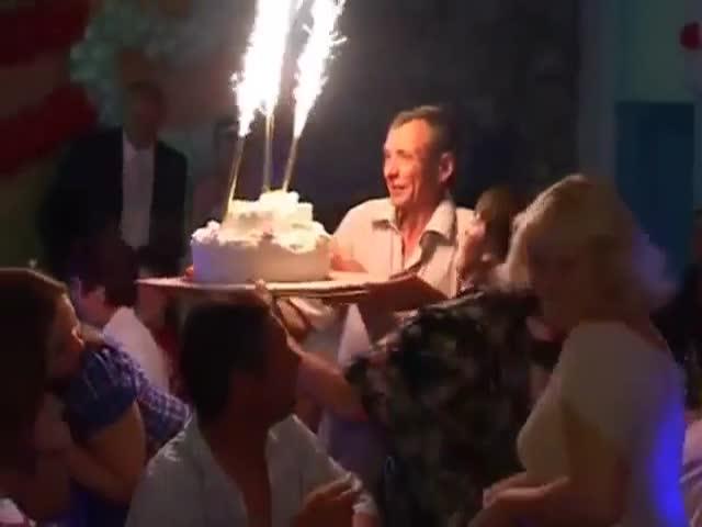 Как не стоит нести свадебный торт