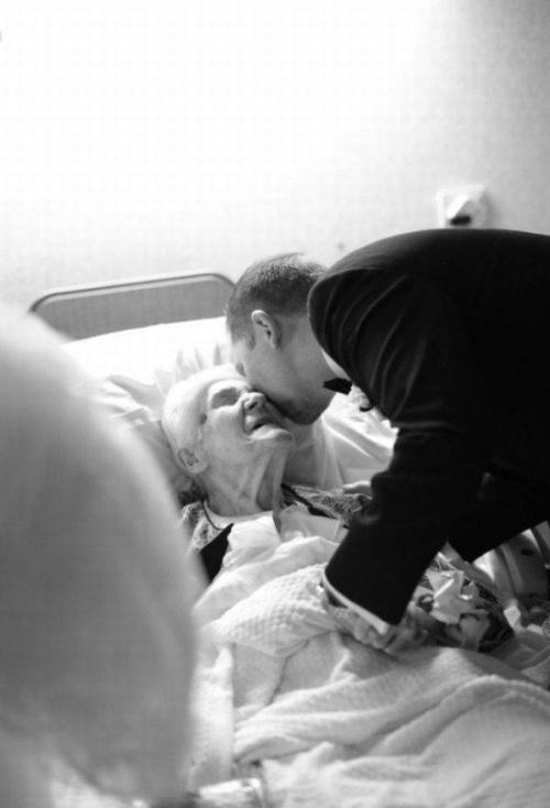 Молодожены навестили бабушку в день бракосочетания (4 фото)