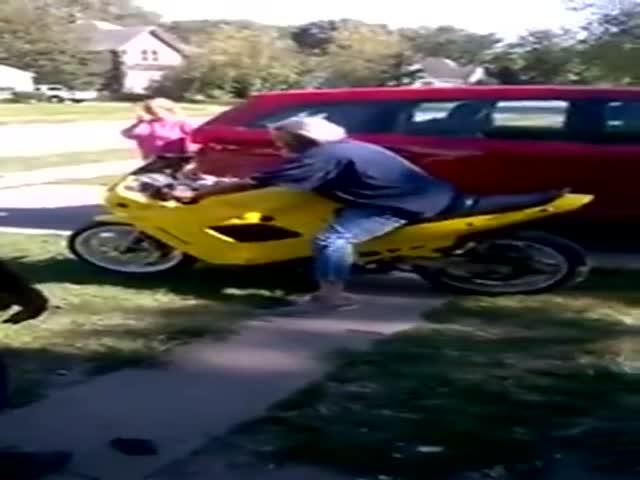 Бабушка решила прокатиться на мотоцикле