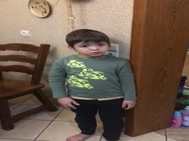 Мальчик отчитывает отца за убитую мышку