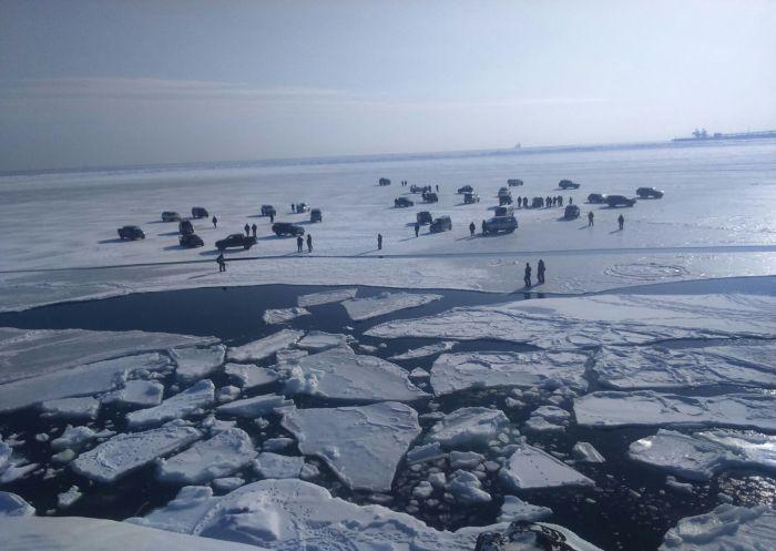 В Хабаровском крае отколовшаяся льдина унесла в море 40 человек (3 фото + видео)