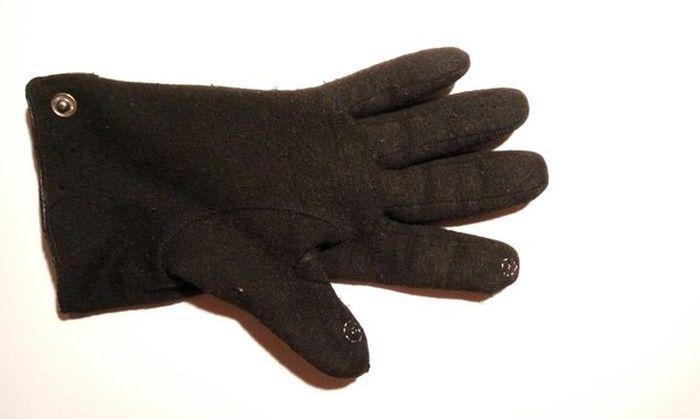 Как сделать обычные перчатки пригодными для работы со смартфоном (3 фото)