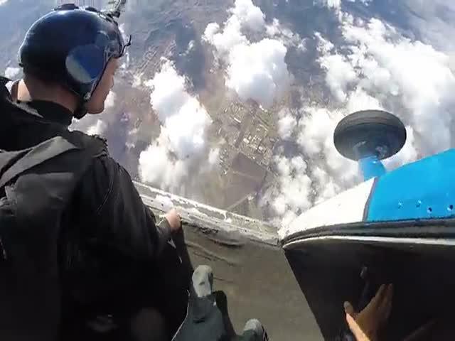 Прыжок с парашютом в костюме-крыле
