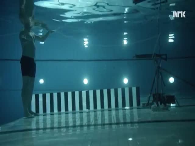 Норвежский физик выстрелили в себя из винтовки под водой
