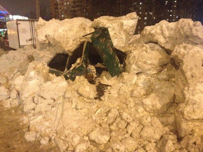 Снегоуборочная машина раздавила автомобиль, приняв его за кучу снега (4 фото)