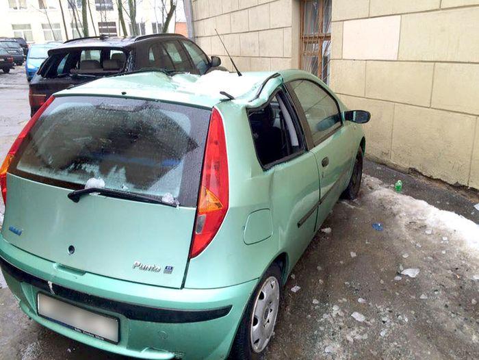 В Минске упавшие с крыши дома ледяные глыбы повредили BMW X5 и Fiat Punto (5 фото)