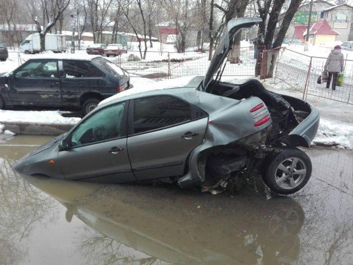 КАМАЗ «порвал» застрявший в яме FIAT, пытаясь его вытащить (3 фото + видео)