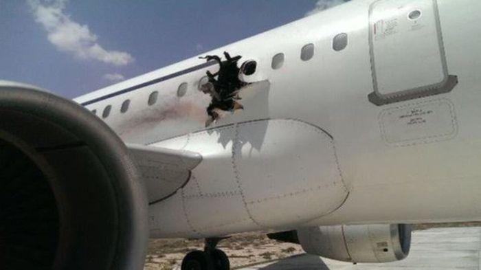 В Сомали самолет авиакомпании Daallo Airlines совершил экстренную посадку из-за взрывов на борту (3 фото)