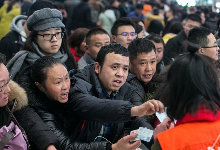 На железнодорожной станции Гуанджоу скопилось более 100 000 пассажиров (9 фото)