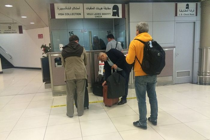 Как проходит досмотр мусульманок в аэропортах (2 фото)