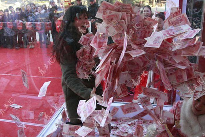 Китайцам предложили искупаться в деньгах (17 фото)