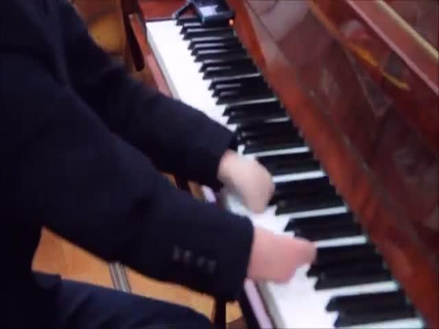 Парень без кистей рук прекрасно играет на пианино