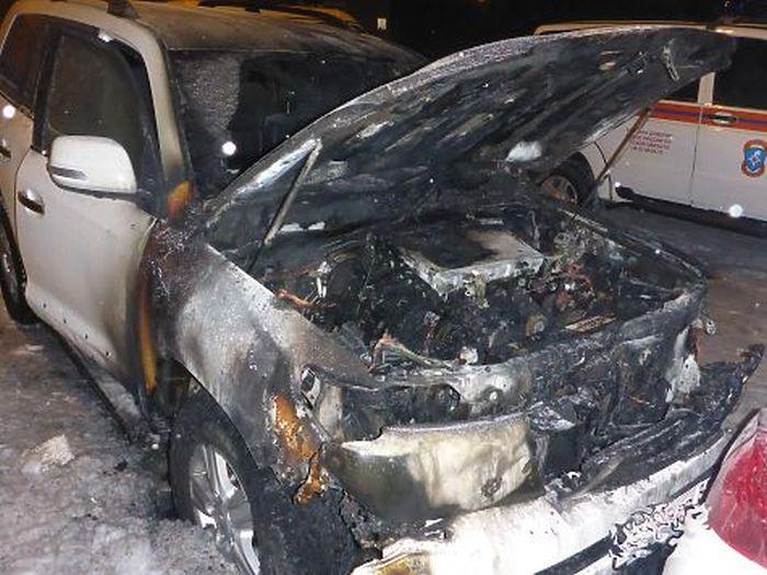 Омскому бизнесмену сожгли внедорожник за повышение цен на проезд в маршрутке (2 фото + видео)