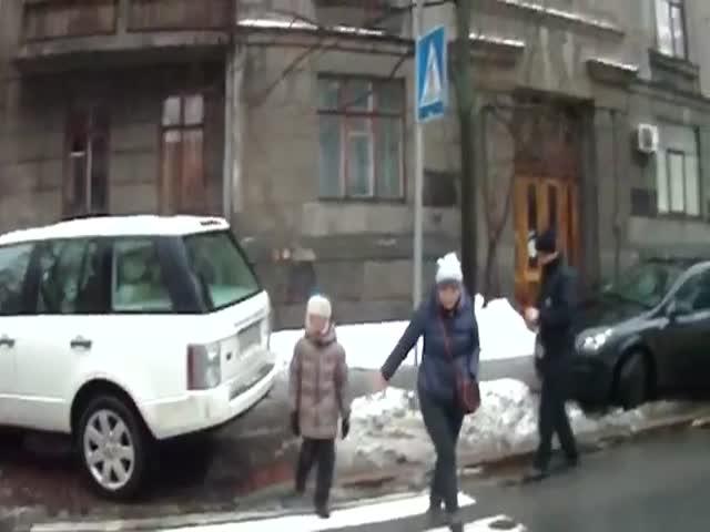 Неадекватная блондинка, задержанная киевской полицией