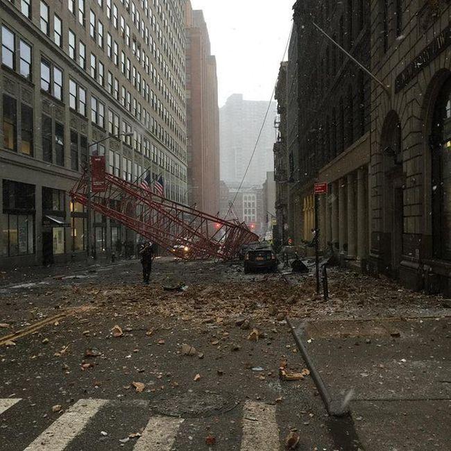 В Нью-Йорке рухнул огромный башенный кран (9 фото)