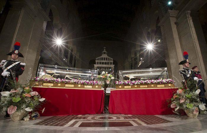В Ватикан привезли мощи святого падре Пио (13 фото)