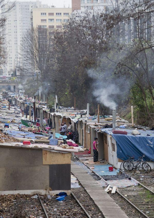 Цыганские трущобы на окраине Парижа (16 фото)