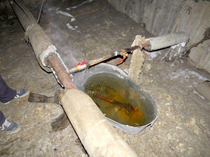 В Екатеринбурге коммунальщики «устранили» течь, подставив под трубу старый таз (3 фото)