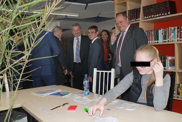 В библиотеке ТМУ руководство ВУЗа и делегация гостей застукали студентку за изготовлением шпаргалок (2 фото)