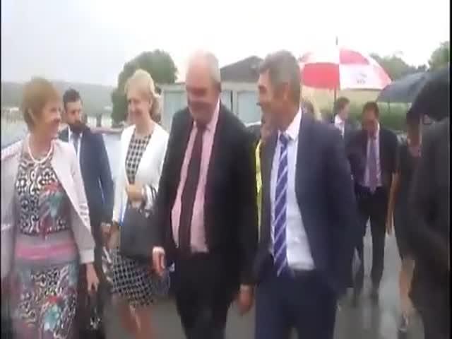 Министру экономики Новой Зеландии бросили в лицо резиновый фаллос