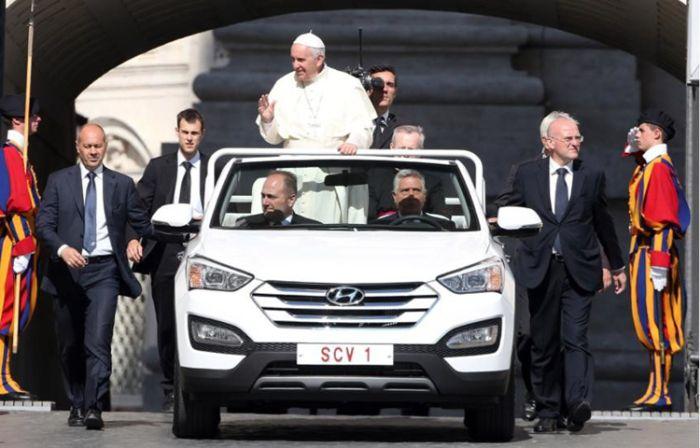На чем возят церковных лидеров разных стран (9 фото)