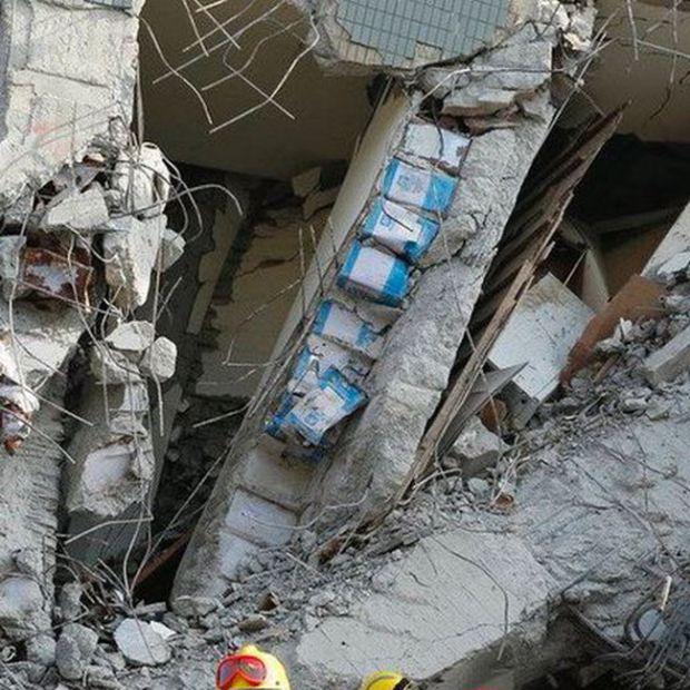 Рухнувший во время землетрясения на Тайване дом оказался построенным из масляных бочек (4 фото)