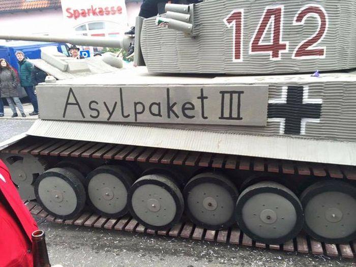 «Антимигрантский» танк на карнавале в Баварии стал причиной громкого скандала (2 фото)