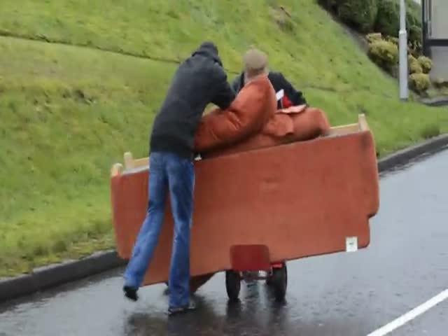 Два пьяных ирландца перевозят диван