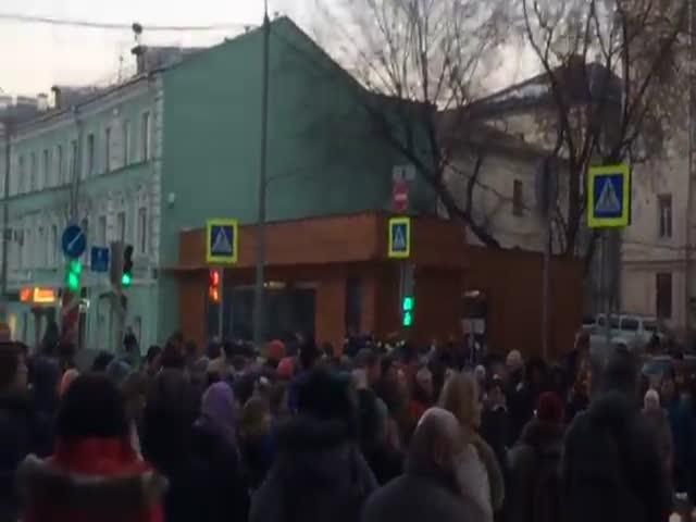 Валютные ипотечники у здания Центробанка просят помощи у Путина